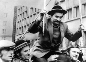 Seguidors de Walesa, fora de la Cort Suprema de Varsòvia el 10 de febrer de 1981. (BBC Image)
