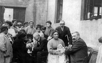 El metge Adrian de Unibaso, a Bilbao, vacunant nens a un patpatio. (Fotografía cedida per la família Unibaso) a través de http://www.euskonews.eus/