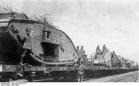 Els tancs van ser claus. Aquí els famosos britànics agafats per tropes alemanyes que els traslladen en tren. La nova guerra industrial. Foto: Bundesarchiv_Bild_183-P1013-313