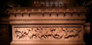 """L'anomenat falsament """"Sarcòfag d'Alexandre"""", que es troba actualment al Museu d'Arqueologia d'Istambul."""