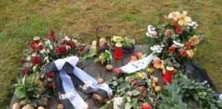 Frederic el Gran és anomenat el Kartoffelkönig (el rei de la patata) Els anys 1745, 1771,1772 i 1774, va haver molta gana a Alemanya i la patata va salvar milers de vides prussianes, es per aquest motiu que hi ha patates a la tomba del rei a Sanssouici com a homenatge, donat que en va ser el gran introductor del seu cultiu. Alte Fritz (el viejo Fritz carinyós) Inicialment enterrat a Potsdam. Durant la Segona Guerra Mundial va ser traslladat a Marburgo. Eln 1991 es va aconseguir amb la reunificació portar finalment la tomba on ell volia ser enterrat, al seu estimat palau de Sansoucci. Fotografia: Jordi Bonvehí