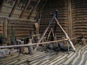 Interior d'una cabana de Biskupin. L'estat de conservació de la fusta ha permés reconstruir molt fidelment com podria haver estat. La cronologia del porbla coincideix amb el període a l'Europa occidental de la cultura de cultura de Hallstatt, del ferro