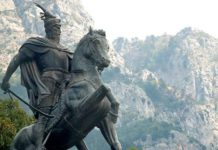 Monument a Skanderbeg. Foto: Wikipedia Commons, by Kruje Albania https://www.flickr.com/photos/deepphoto/