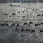 Detall d'una paret de la torre de calaveres feta amb caps serbis