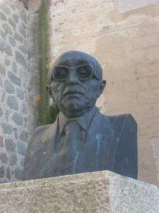 Els historiadors Sánchez-Albornoz i Menéndez Pidal van patir la repressió i l'exili. Albornoz hi aniria després d'escapar als treballs forçats al Valle de los Caidos. Per Menéndez Pidal va ser més light, i va continuar exercint càrrecs un cop tornat de l'exili, tot i les seves protestes per les depuracions franquistes. Alimentaria la ideologia franquista des de la presidència de laReal Academia de la Historiades de 1947 fins 1968.