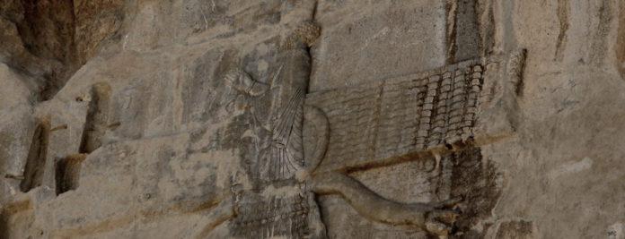 Relleu d'Ahura Mazda que presideix la tomba d'Artaxerxes II a Persèpolis (Iran)