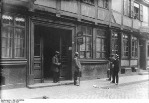 La casa del carnisser Haarmann, mentre era escorcollada. Els barris vermells eren llavors zones de delinqüència on les identificacions es feien difícils. Foto: Bundesarchive