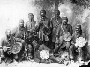 La foto dels guerrers Khevsur, ataviats amb malles d'estil francès i escuts i espases amb simbologia croada. Foto cortesia de Georgia About [https://georgiaabout.com/2012/09/04/about-history-the-last-of-the-crusaders/]