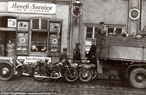 Ocupació militar de Jersey, amb les botigues amb rètols en alemanys i productes tapats amb esvàstiques. Foto Wikimedia Commons