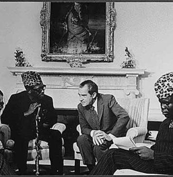 Mobuto amb el seu típic barret de lleopard reunit amb Nixon. El seu opositor ,Lumumba, havia estat assassinat per obrir-li el camí només dos mesos després de proclamada la independència. Foto: Wikimedia Commons