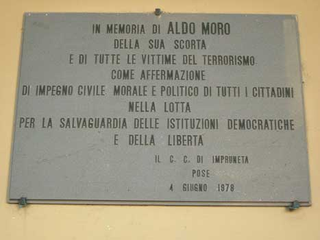 Placa commemorativa de l'assassinat de Moro i els seus 5 escortes. Foto: Wikimedia Commons.