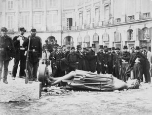 Voluntaris de la milícia el 16 de maig al voltant de la columna enderrocada de Vendôme. Un monument erigit per Napoleó Bonaparte, esculpit amb canons austríacs i russos fosos, coronat amb una estàtua del mateix Napoleó a l'estil d'un emperador romà.El seu simbolisme va ser interpretat com contrari als valors de la revolució i als valors internacionalistes. Per contra, la seva demolició va provocar indignació entre els versallesos, com s'anomenaven els defensors de l'ordre establert. El pintorGustave Courbet, va ser responsabilitzat dels fets, va ser empresonat i condemnat a pagar les despeses de la seva reparació, el que va aconseguir arruïnar-lo. Poc després de la Comuna, la columna va ser restaurada tal com podem actualment contemplar-la.Foto: Wikimedia Commons, domini públic